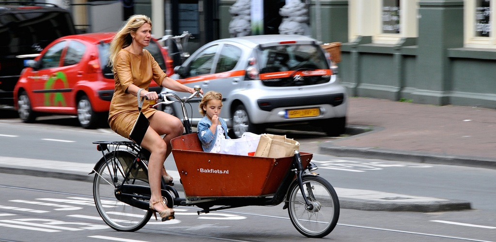 cycling in amsterdam Bakfietsmoeder amsterdam